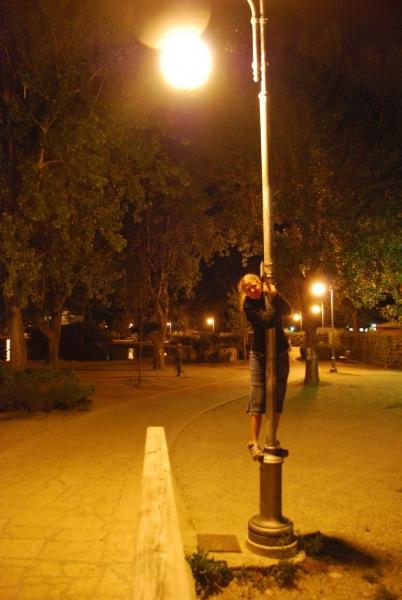 Frauke climbs a pole (Lago di Garda)