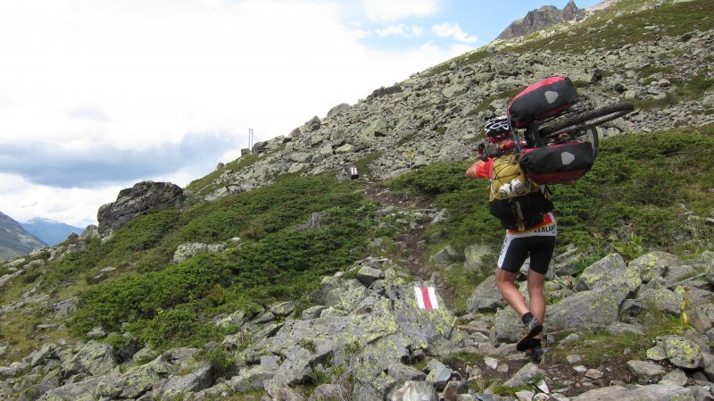 Chris carrying his bike to Grialetschhütte (Switzerland)