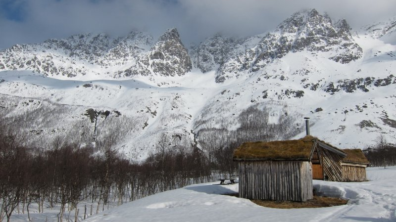 Hut and mountains 2 (Tomesrenna, Norway)