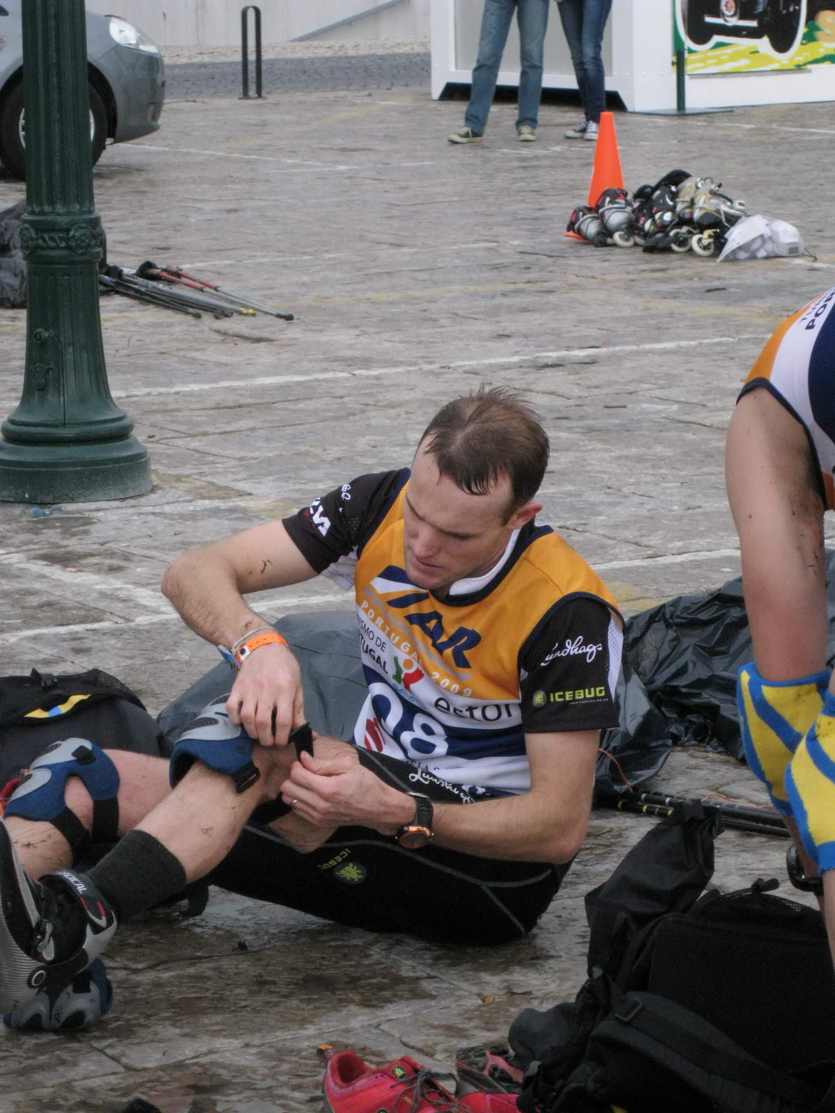 Aaron gets ready to skate (Portugal ARWC 2009)