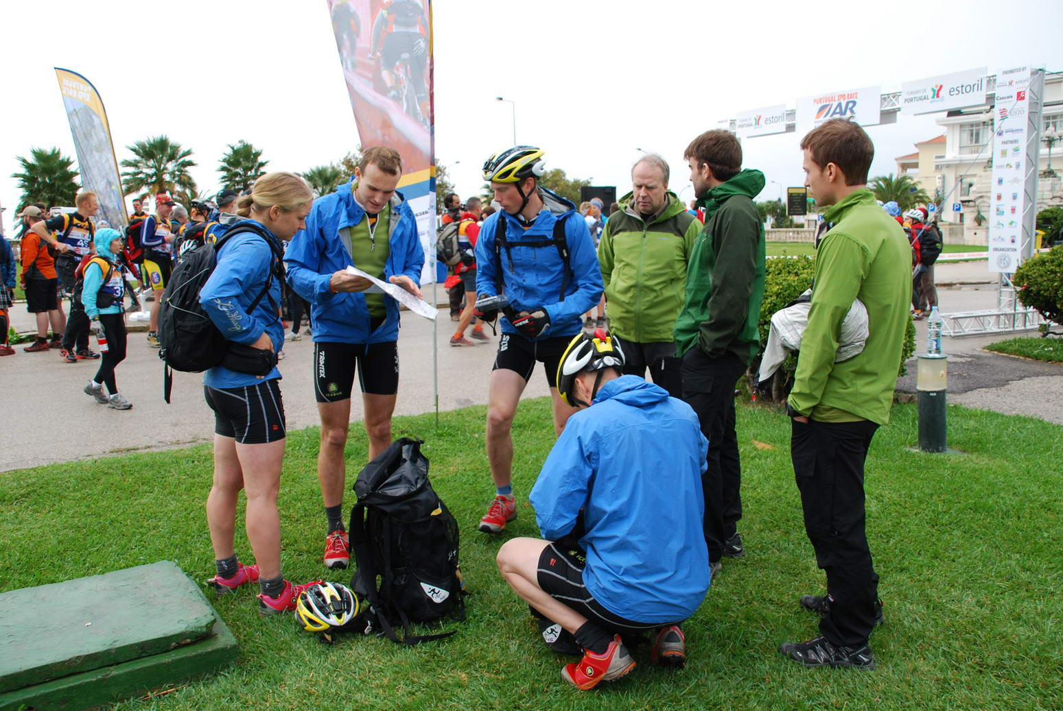 Aaron shows the team the map (Portugal ARWC 2009)