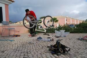 Chris fixing bike 2 (Portugal ARWC 2009)