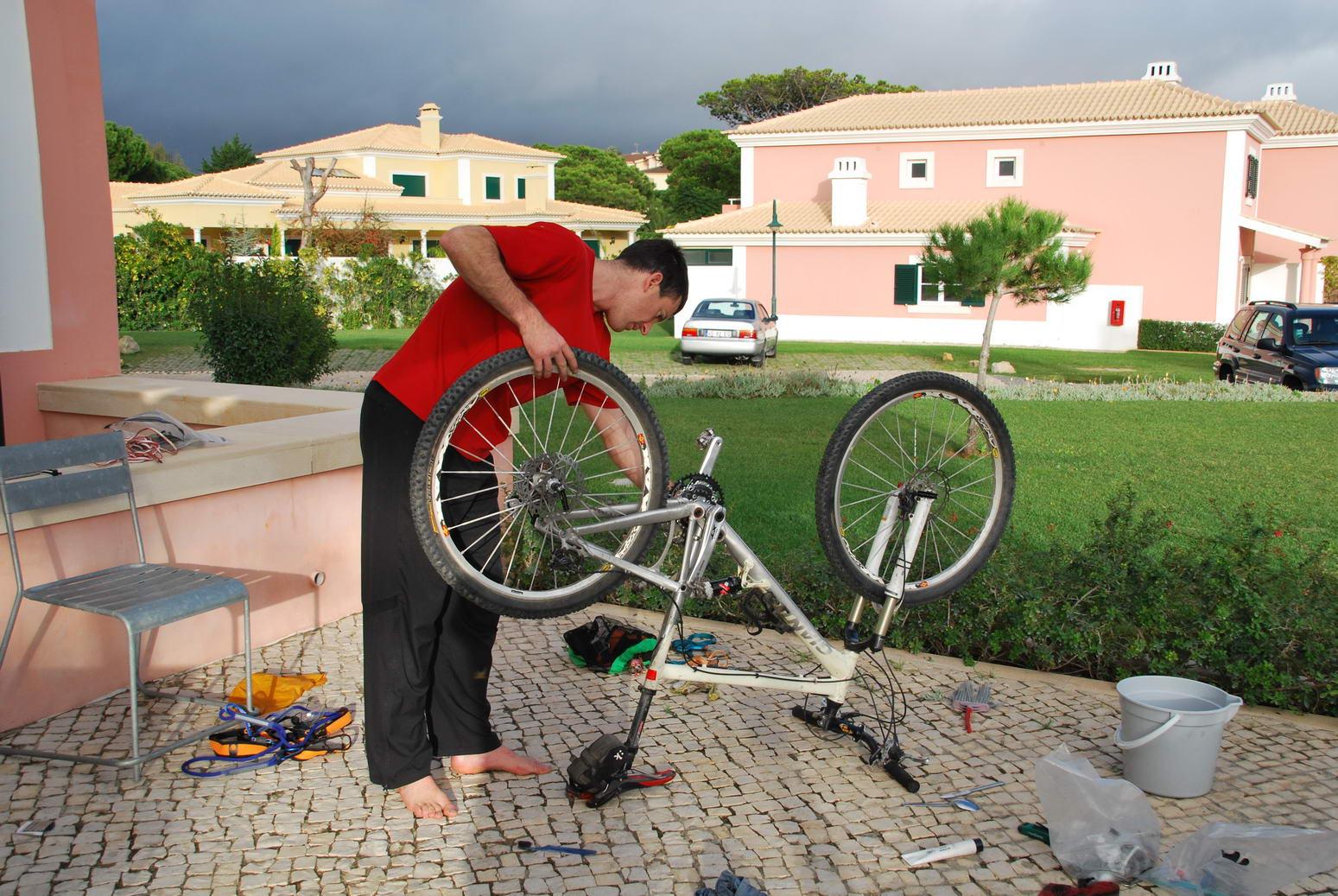 Chris fixing bike (Portugal ARWC 2009)