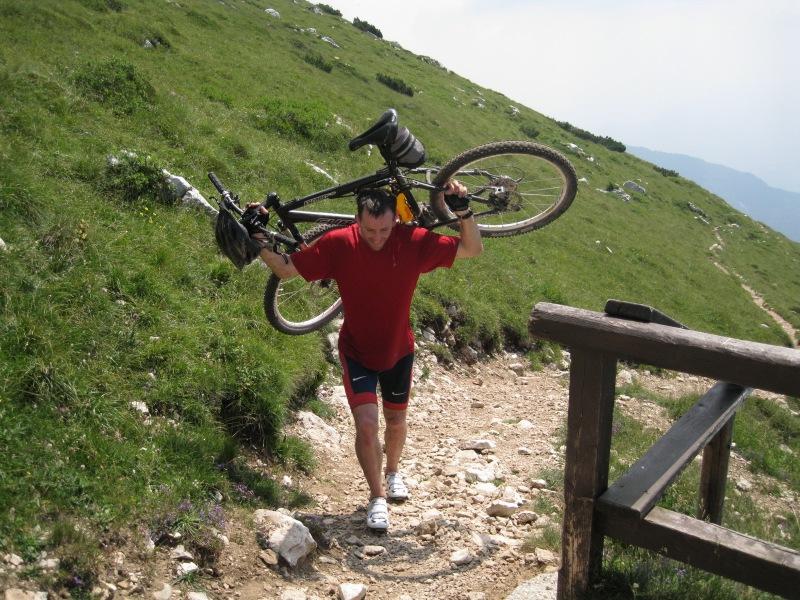 Chris carrying Frauke's bike (Lago di Garda, Italy)