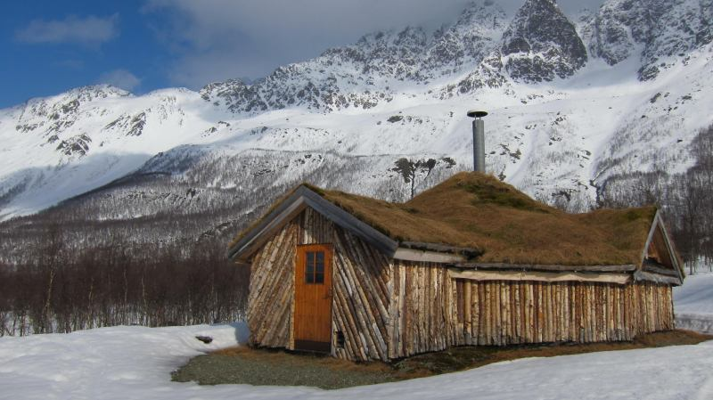 Cool hut with grass roof (Tomesrenna, Norway)
