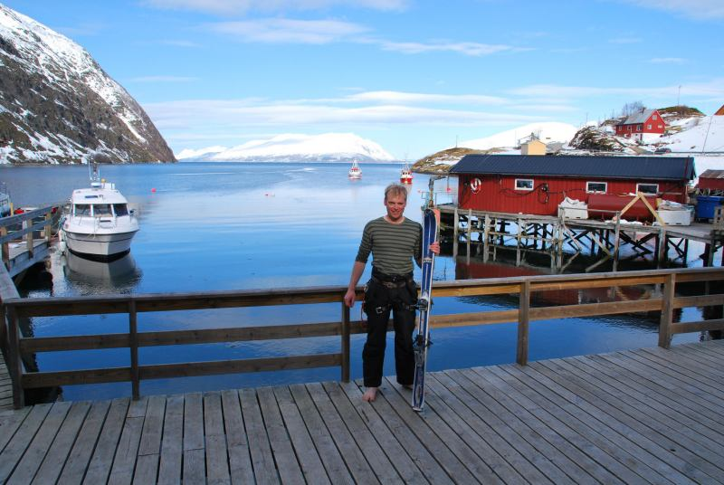 Cris and skis beside the sea (Lyngen Alps, Norway)