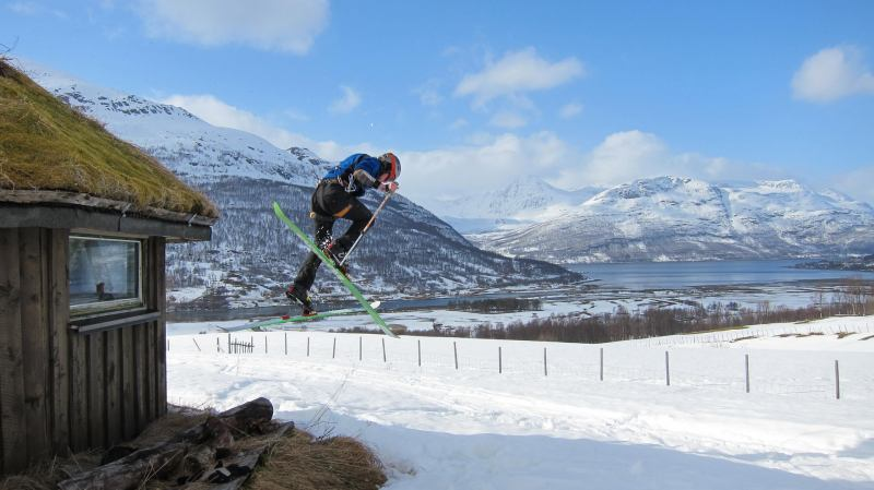 Hallvard jumps off the grass roof (Tomesrenna, Norway)