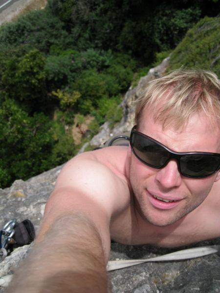 Cris climbing at the sea cliffs (Takaka, NZ)