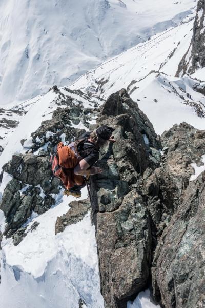 Elmar climbing up the ridge (Ski touring Avers March 2019)