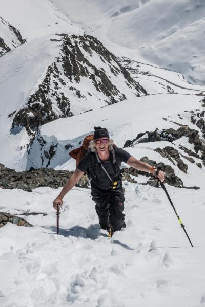 Elmar walking up the ridge to the summit (Ski touring Avers March 2019)