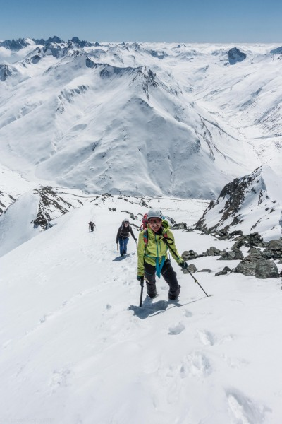 Nearing the summitElmar walking up the ridge to the summit (Ski touring Avers March 2019)