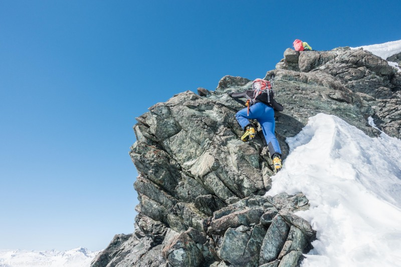 Roland climbs the rock section (Ski touring Avers March 2019)