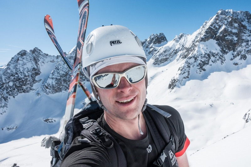 Cris carrying his skis (Skitouring Kuehtai March 2019)
