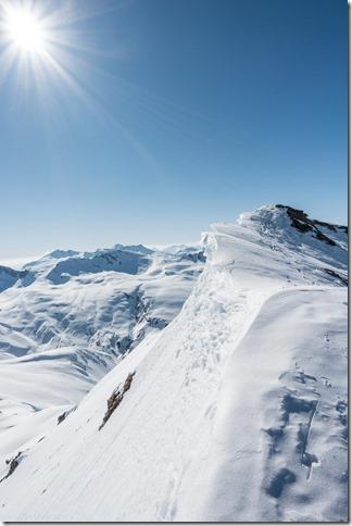 Looking along the summit ridge from Juferhorn (Ski tourinig Avers March 2019)